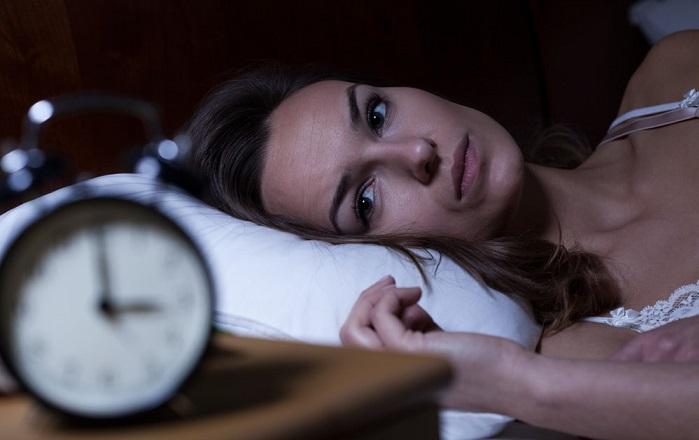 Donna a letto soffre d'insonnia