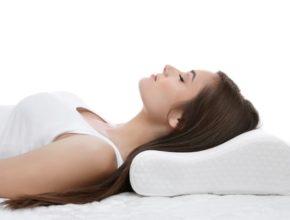 Ragazza riposa su cuscino ortopedico