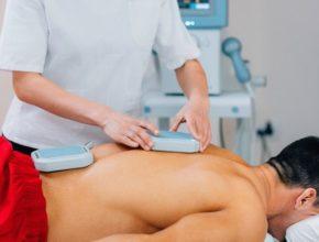 Uomo si sottopone ad un trattamento di magnetoterapia